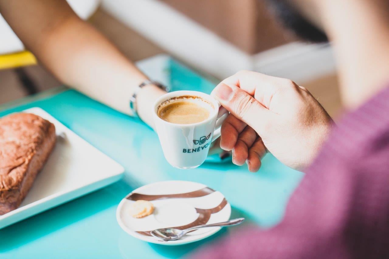 Beber café pode evitar males como a depressão e também deixa você mais feliz (FOTO: ARQUIVO)